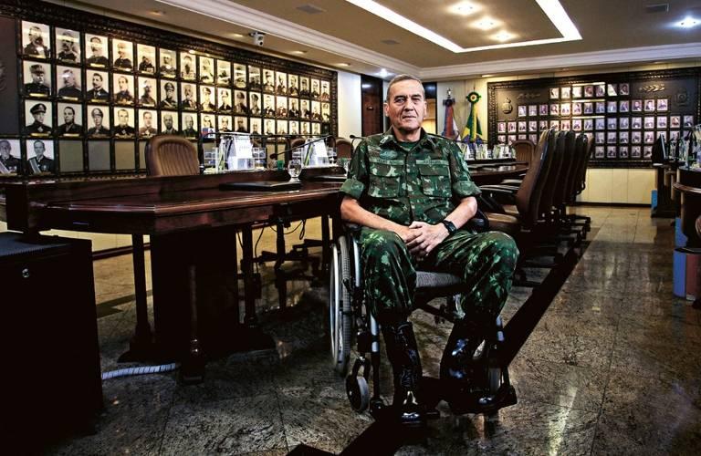 O general Villas Bôas sentado em uma cadeira de rodas