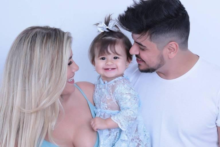 Cristiano e a esposa Paula, com a filhinha Pietra