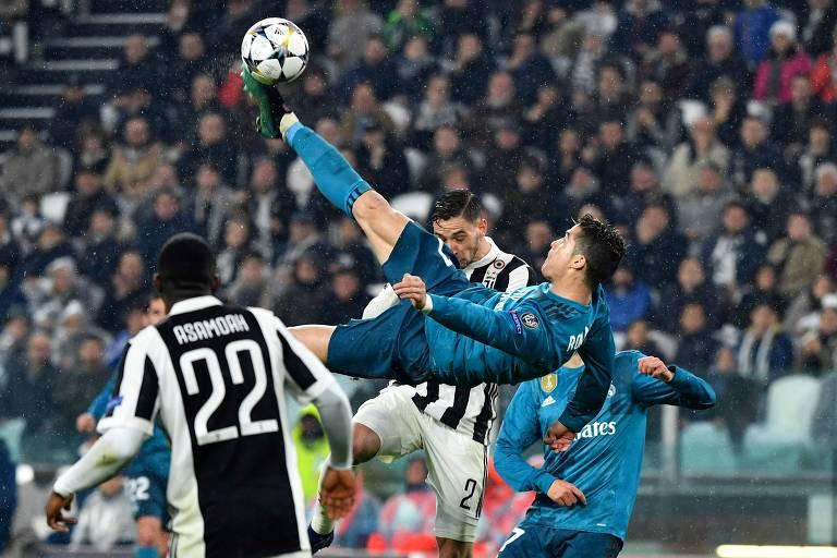 Cristiano Ronaldo dá uma bicicleta para marcar o segundo gol do Real Madrid na vitória por 3 a 0 sobre a Juventus, em Turim