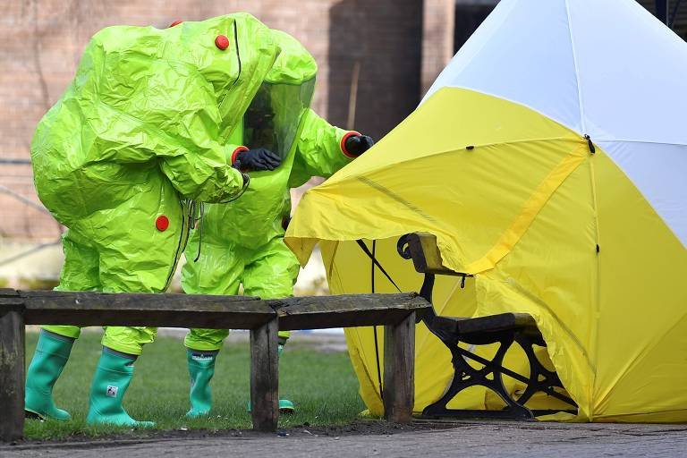 Dias após o ataque, agentes com roupas especiais analisam o banco onde teria ocorrido o envenenamento, em Salisbury