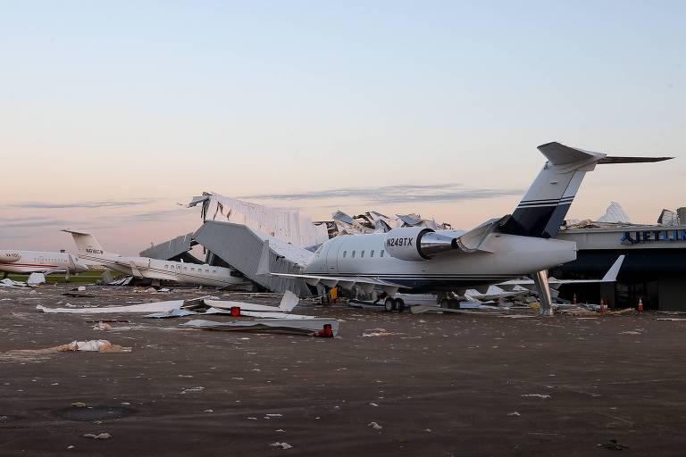 Ventos derrubam hangar nos EUA