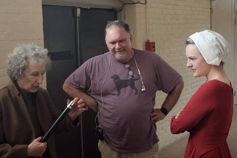 Margaret Atwood, Bruce Miller e Elisabeth Moss nos bastidores de 'The Handmaid's Tale'