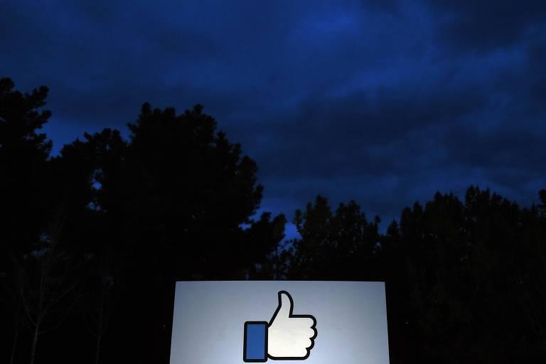 Entrada do Facebook, Menlo Park, na Califórnia. Na entrada há o símbolo de curtir presente na interface do Facebook