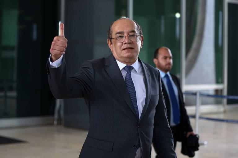 Ministro ergue o polegar em sinal de positivo