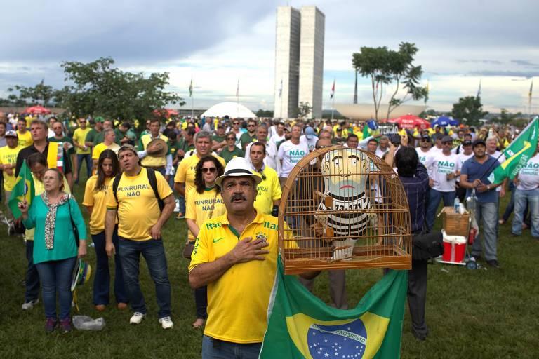 Manifestantes contrários a Lula durante ato que pede a prisão do ex-presidente