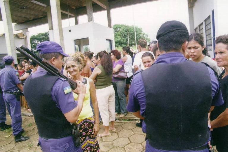 Familiares dos presos aguardam notícias na frente da penitenciária Urso Branco durante rebelião