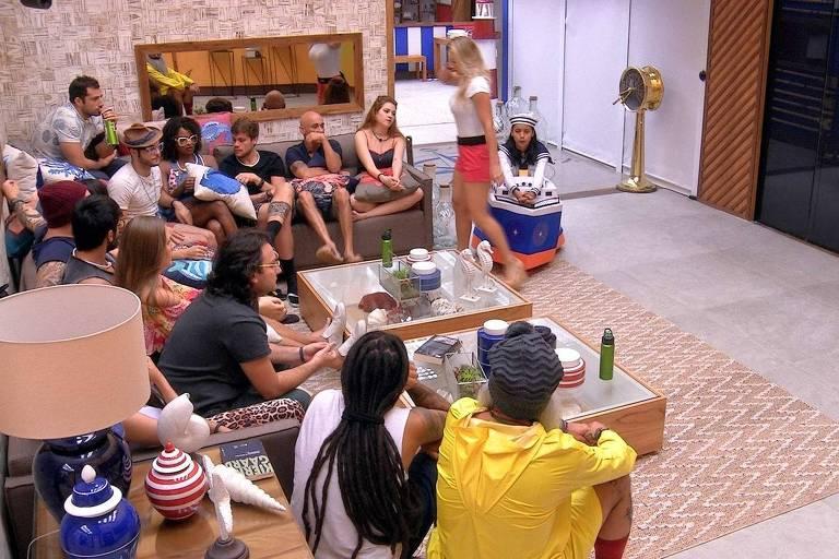 Brothers se reúnem na sala à espera do terceiro paredão do 'BBB 18' (Globo)