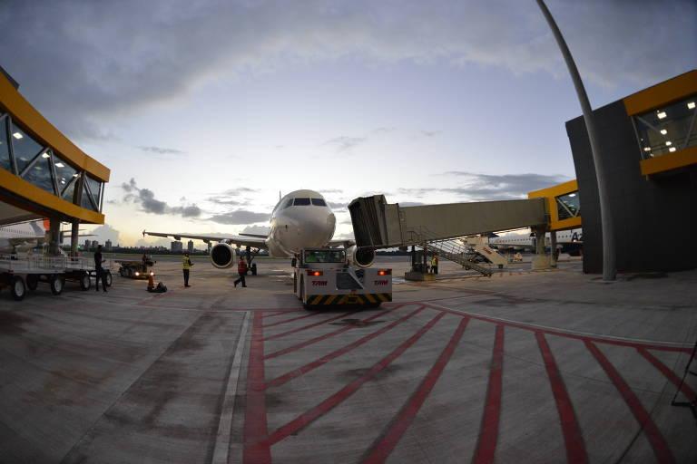 Avião estacionado no novo aeroporto de Vitória, inaugurado no dia 29 de março