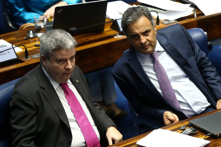 O senador Anastasia (à esq), participa de sessão no Senado ao lado do também tucano Aécio Neves em outubro