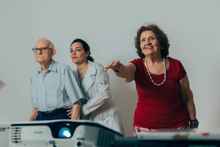 Nelson Alves, 89, e Maria José Sawaia, 82,  jogam Xbox juntos no Geros Center, academia especializada em idosos que fica em um residencial para idosos independentes no Alto de Pinheiros, orientados pela fisioterapeuta Gisele