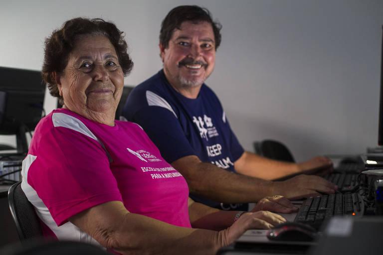 Maria da Conceição Rosa Domingues, 83, e seu filho, o empresário Sérgio Valente, 60,  que criou curso gratuito de informática para idosos inspirado por ela
