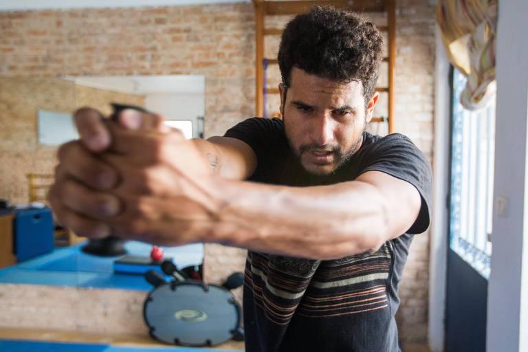 O surfista Ítalo Ferreira faz exercícios físicos em preparação para o Mundial de Surfe de 2016