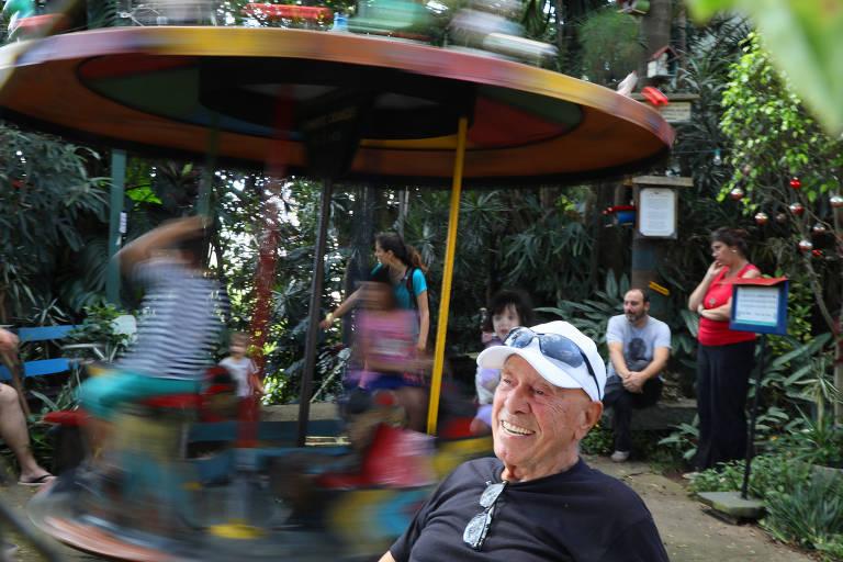 Adalberto Costa de Campos Bueno, 91, em seu parquinho em São Paulo