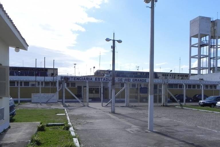 Foto mostra a entrada da  Penitenciária Estadual de Rio Grande, onde incêndio matou 5 presos em ala do semiaberto nesta quinta (5)