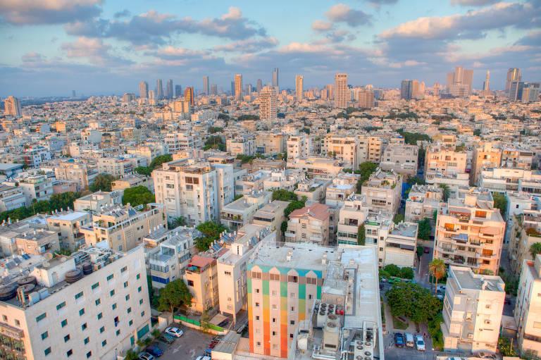 Vista aérea da cidade de Tel Aviv. A imagem é preenchida por centenas de prédios, com a aparência de terem, em média, dez andares