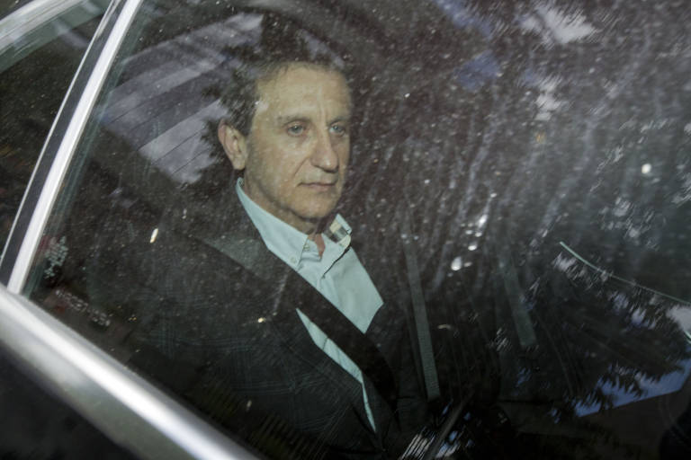 Alberto Youssef deixa sede da Justiça Federal após colocar tornozeleira