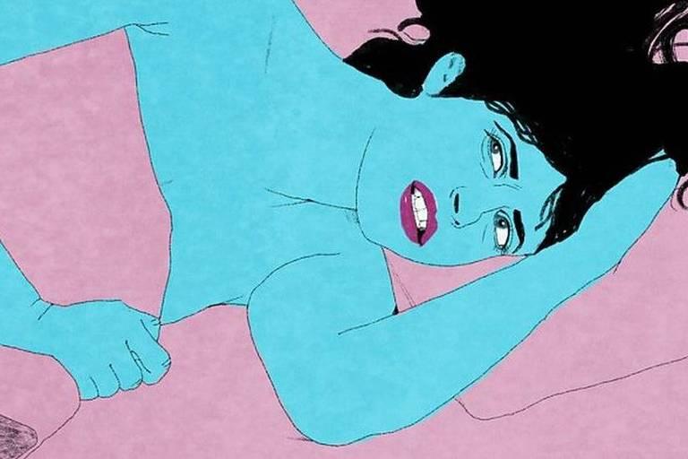Mulher deitada em uma cama. Em seu rosto, há a aparência de dor.