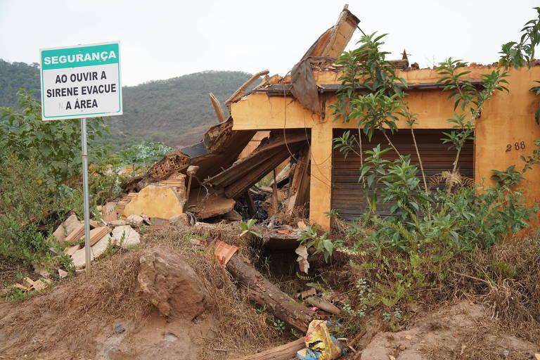 Casa destruída e ainda com sinais da lama dois anos após rompimento da barragem da Samarco