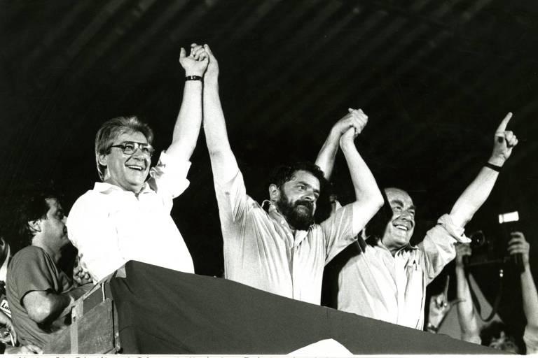 Mário Covas, o candidato à presidência pelo PT, Luiz Inácio Lula da Silva e Leonel Brizola em comício na Candelária