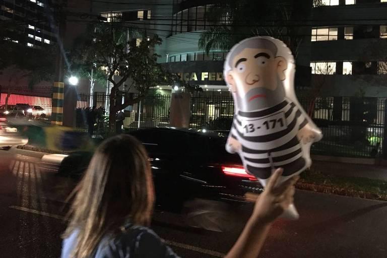 Resultado de imagem para Maioria vê como justa prisão de ex-presidente