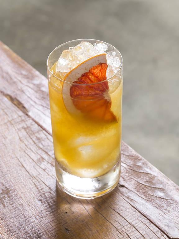 Drinque Coragem Cabocla, com gim, vermute de camomila, redução de cerveja e de maracujá, é opção do bar Axado