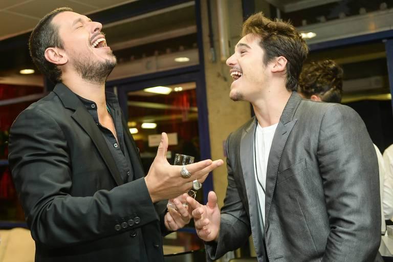 """João Vicente de Castro e Nicolas Prattes antes da gravação do """"Especial Inspiração"""", do Caldeirão do Huck (Globo)"""