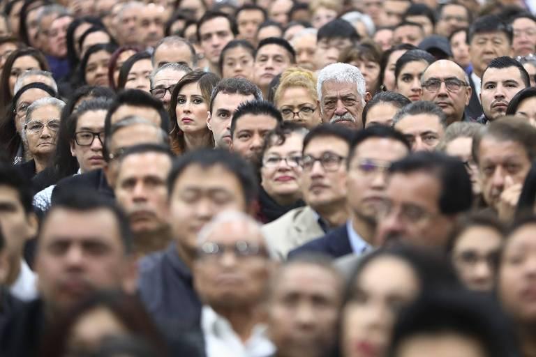 Imigrantes participam de cerimônia em que receberam a cidadania americana em Los Angeles, nos Estados Unidos