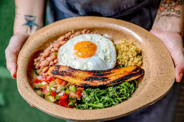 PF do novo restaurante Quincho tem arroz, feijão, couve, farofa, vinagrete de maxixe, banana-da-terra e ovo frito