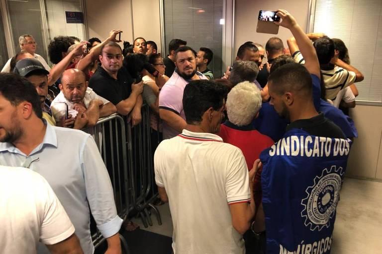 Apoiadores esperam a saída de Lula dentro do prédio do sindicato em São Bernardo do Campo, na noite de quinta (5)