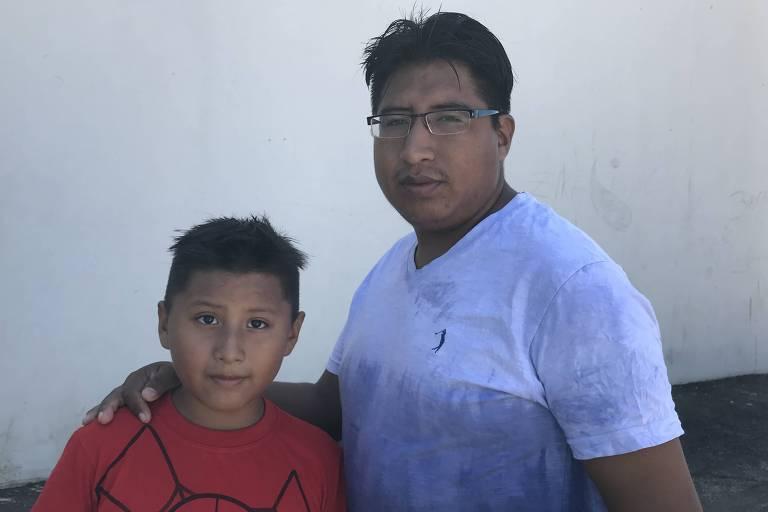 O boliviano Juan Carlos Lujan Quiñonez, 29, que trabalha em confecção, e seu filho John, em Bady Bassit