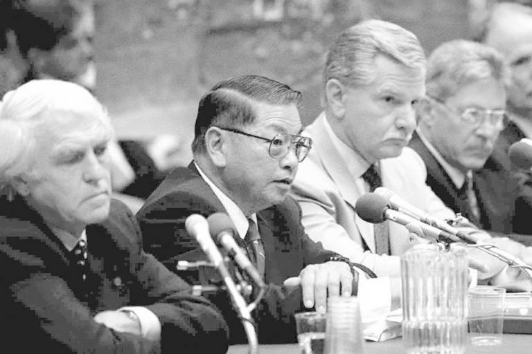 <b>Tabaco (1994)</b> Testemunho dos presidentes das sete maiores empresas do setor ficou famoso porque eles disseram assertivamente que cigarros não causavam vício; depois, ficou provado que eles tinham mentido