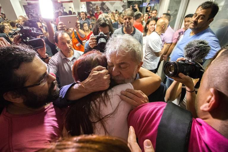 O ex-presidente Lula cumprimenta militantes no Sindicato dos Metalúrgicos do ABC, em São Bernardo do Campo
