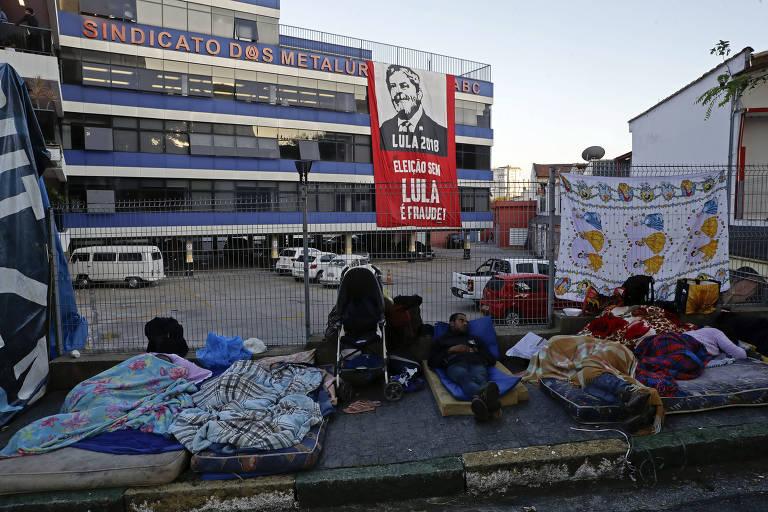 Apoiadores do ex-presidente Lula dormem do lado de fora da sede do Sindicato dos Metalúrgicos do ABC, em São bernardo do Campo