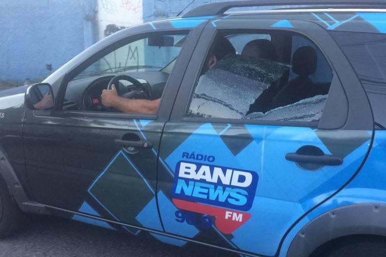 Carro da Band News com um dos vidros quebrados por manifestantes perto do Sindicato dos Metalúrgicos