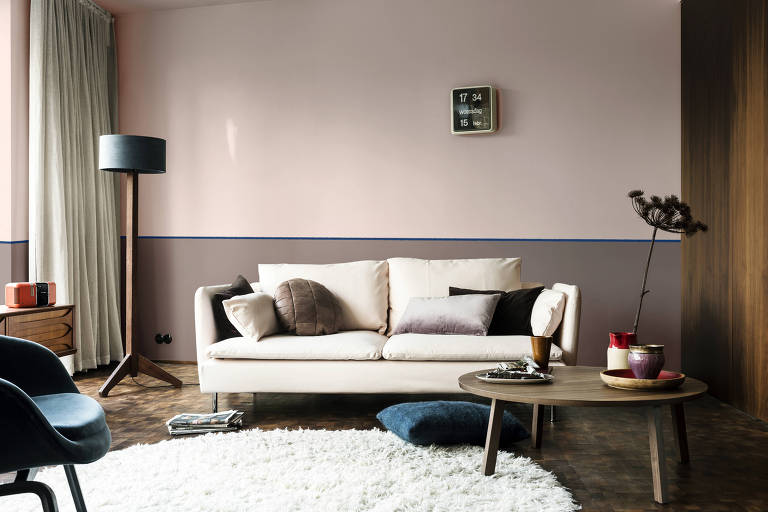 Metade superior da parede traz a cor cinza rosa adorno rupestre, escolhida como a tendência de 2018, pela Coral