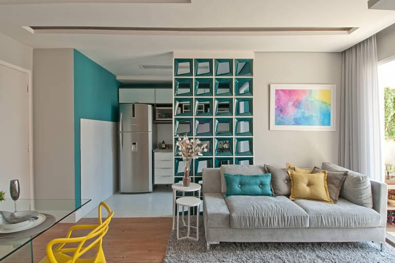 A parede de cobogós foi a escolha da designer de interiores Adriana Fontana para criar uma divisória entre a cozinha e a sala. Além de charmosa, a solução permite a passagem da luz e mantém a comunicação visual entre os ambientes