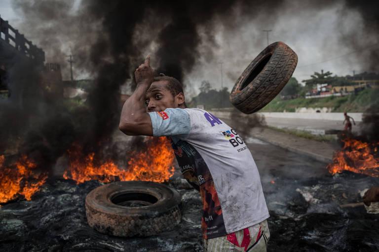 Manifestante pró-Lula bloqueia com pneus incendiados estrada que liga Recife a Garanhuns, no município de Escada, em Pernambuco