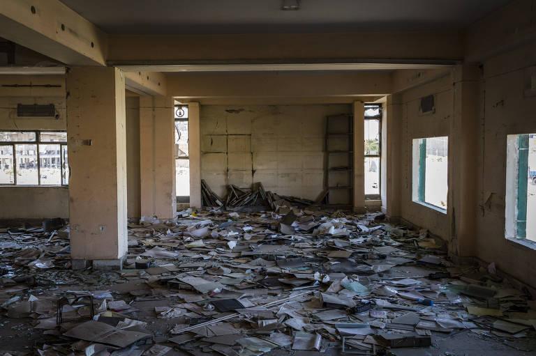 papéis semidestruídos em edifício no Iraque