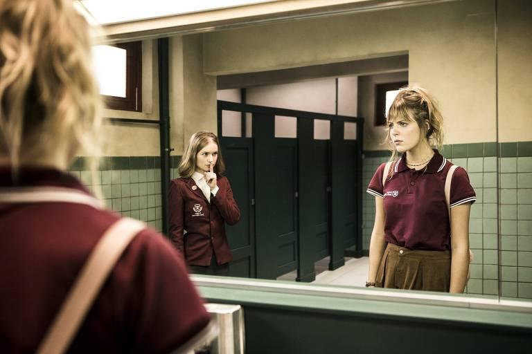 """Duda Balestero (de frente para o espelho) e Renata Dutra em cena de """"Lendas Urbanas"""", coprodução da Sentimental Filme com a Record"""