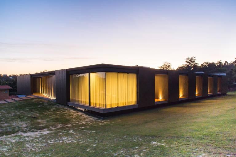 Casa em Itu com o CLT da Crosslam, tipo de painel que substitui preparação de paredes e pisos por chapas prontas