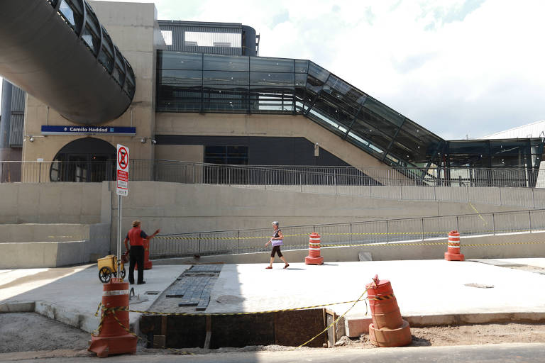Parte externa da estação Camilo Haddad, na linha 15-prata do monotrilho, ainda inacabada e com acesso bloqueado no dia da inauguração