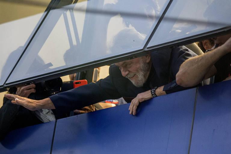 O ex-presidente Lula  acena para apoiadores que se aglomeram em frente ao Sindicato dos Metalúrgicos do ABC