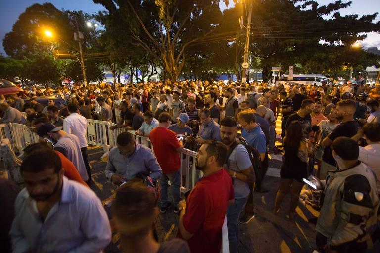 Dono do Bahamas distribui cerveja em comemoração à prisão de Lula