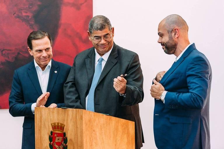 Milton Leite, presidente da Câmara Municipal, passa caneta para Bruno Covas assinar a sua posse como prefeito