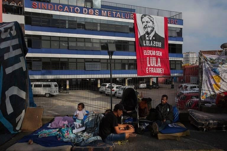 Com foto de Lalo de Almeida, NYT aguarda diante do sindicato dos metalúrgicos, em São Bernardo do Campo