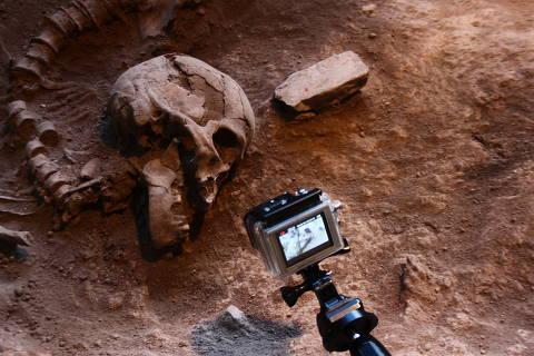 Esqueleto de paleoamericano achado na Lapa do Santo (MG)