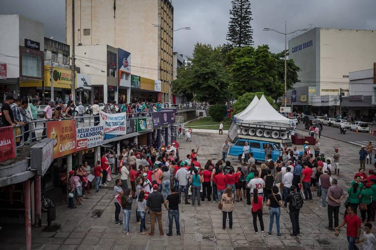 Pequeno grupo de manifestantes se reúne em praça de Garanhuns para protestar contra ordem de prisão expedida pelo juiz Sergio Moro