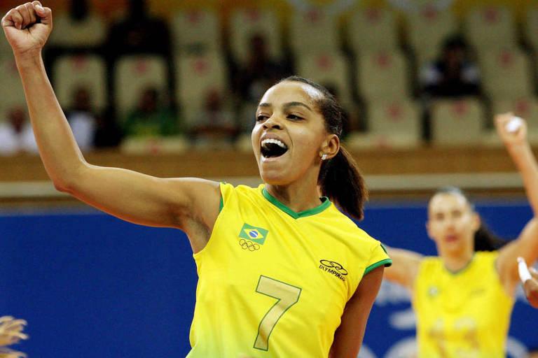 Fofão comemora a vitória da seleção brasileira diante da Sérvia por 3 sets a 0, na Olimpíada de Pequim-2008