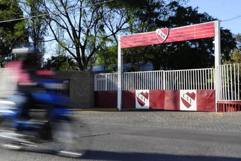 Portão de entrada da sede do Independiente, em Avellaneda, um dos clubes envolvidos no escândalo de abuso sexual