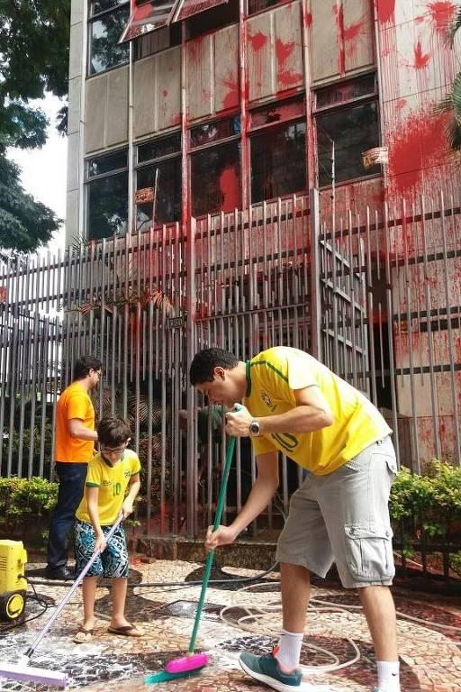 Voluntários limpam prédio de Cármen Lúcia